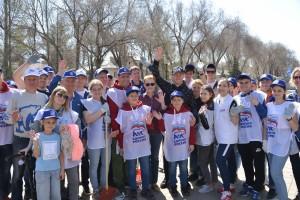 Дмитрий Азаров вместе с волонтерами привели в порядок место установки памятной стелы.