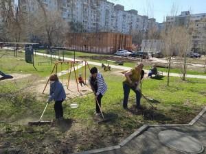 Приводят в порядок улично-дорожную сеть, парки, скверы, дворы и другие территории.