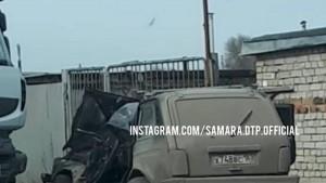В Самаре грузовик снес Ниве переднюю часть
