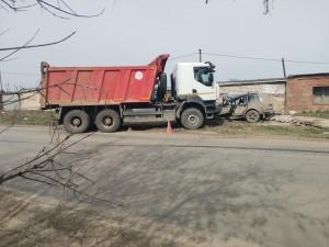 В Самаре грузовик врезался в легковушку
