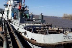 В Самаре на Волге столкнулись баржа и обслуживающее судно