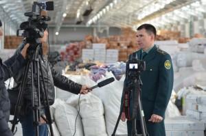 Самарская таможня провела пресс-тур на склад с незаконно ввезенной продукцией, задержанной мобильной группой