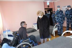 При обходе помещений отрядовОльга Гальцова побеседовала с осужденными.