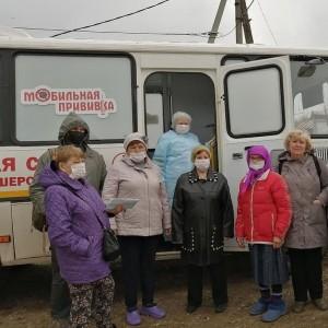 Жители правого берега Волги проходят вакцинацию от COVID-19 в передвижном ФАПе
