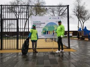 Наводили порядок в сквере Речников в Куйбышевском районе, который был благоустроен в 2020 году.