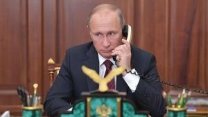 Макрон проинформировал Путина об итогах прошедших в апрелепереговоров с президентом УкраиныВладимиром Зеленским.