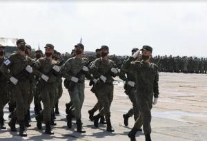 В ходе тренировки отрабатывались синхронность и слаженность движений в парадном строю, а также ответ на приветствие командующего и принимающего парада.