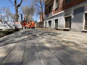 Вместо старого асфальтобетона – новое плиточное покрытие пешеходной зоны.