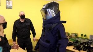 Сотрудники ОМОН устроили для ребят экскурсию в свой музей, рассказали о боевом пути подразделения.