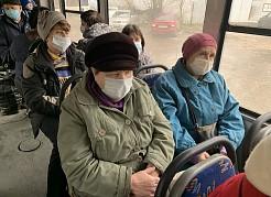 Обязательно соблюдение социального дистанцирования; маска должны быть надета еще до входа в общественный транспорт.