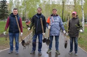 Они высадили саженцы березы в парке Победы в Самаре.