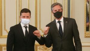 Руководитель офиса президента Украины Андрей Ермак добавил, что Киев и Вашингтон обсуждают варианты взаимодействия по укреплению безопасности в Черном море.
