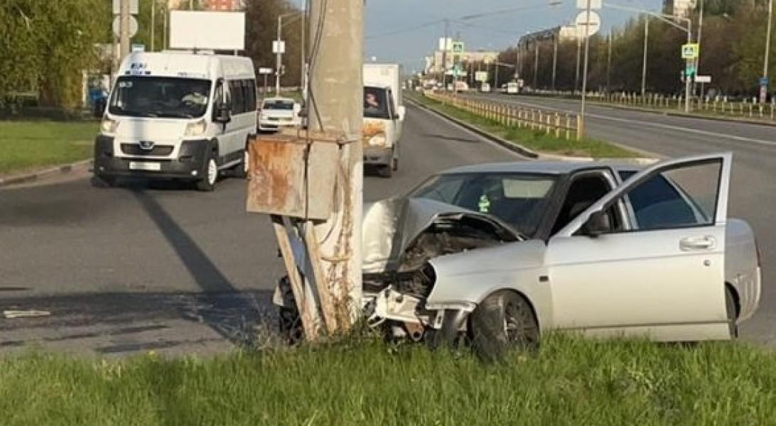 В Тольятти водитель врезался в бордюр и световую опору