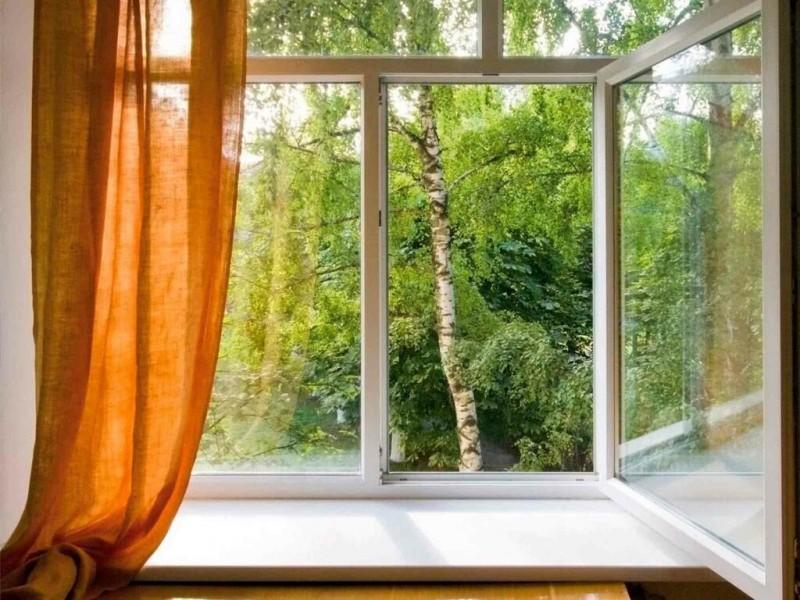 Младенец выпал из окна квартиры на шестом этажежилого дома в Москве и остался жив