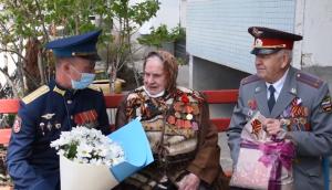 Военнослужащие поблагодарили ветеранов за мирное небо, стойкость и героизм, проявленные при защите Отечества от немецких захватчиков, пожелали им крепкого здоровья, вручили цветы и подарки.