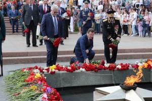 За возложением цветов последовало исполнение гимна Российской Федерации и десятикратный ружейный залп.