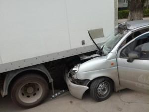 В Тольятти легковушка врезалась в припаркованные автомобили, двое пострадавших