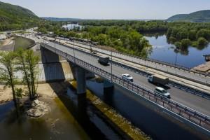 Длина моста составляет 306 метров. На дороге две полосы движения, ширина каждой из которых по 3,5 метра. Также сделан тротуар шириной 1,5метра.
