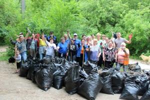 На очистку берегов главной водной артерии региона вышли сотни жителей, волонтеры и молодогвардейцы.