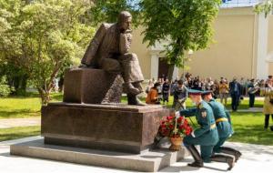 В день 100-летия со дня рождения Андрея Дмитриевича Сахарова, в Сарове состоялось торжественное открытие памятника гениальному физику.