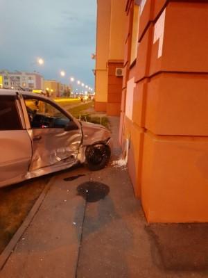 В Южном городе Лада Гранта врезалась в стену, пострадали четверо