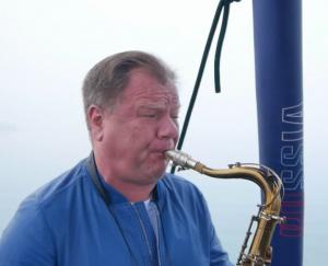 Звуки саксофона было слышно на расстоянии нескольких километров.