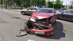 В Самаре на перекрестке столкнулись две иномарки, пострадала пассажирка