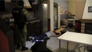 На момент визита полицейских, на первом этаже жилого помещения была организована игра в покер на двух столах.