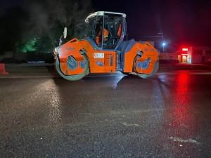 В ночь на 25 мая подрядная организация занималась устройством верхнего слоя асфальтобетонного покрытия .