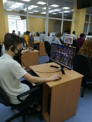 В период государственной итоговой аттестации в губернии действует Центр видеонаблюдения, где за порядком проведения ЕГЭ в аудиториях в режиме онлайн следят 99 человек.