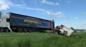 Одного из водителей из искореженной кабины доставали спасатели.