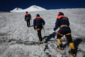 Спасатели Эльбрусского ВПСО МЧС выдвинулись на помощь.