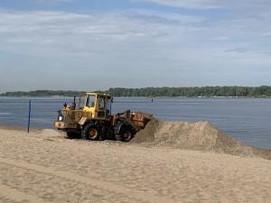 Сегодня под спуском по улице Ленинградской подрядчик приступил к планировке песка.
