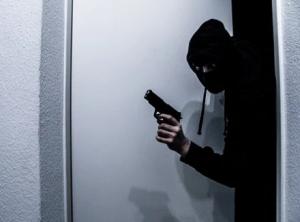 Подозреваемые в масках врывались в дома и, угрожая электрошокером или пистолетом, связывали веревками жильцов, а затем похищали деньги и драгоценности.