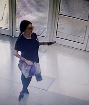 Полицейские разыскивают женщину, подозреваемую в краже с банковской карты в Тольятти