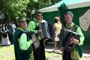 Будут проводиться татарские национальные игры, конкурсы, викторины со взрослыми и детьми. Запланированы и соревнования по борьбе «Көрәш».