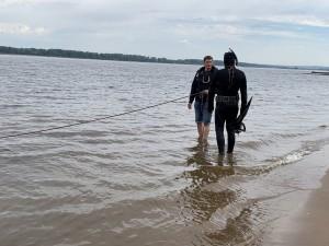 Сегодня водолазы начали плановые работы у пляжа в районе I очереди самарской набережной.