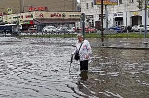 """В результате обильных дождей воды на улицах """"будет по колено""""."""