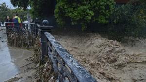 В результате ЧП в республике повреждены сотни домов, в Ялте подтоплены 13 отелей, из двух из них пришлось эвакуировать туристов.
