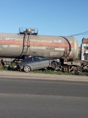 В Самаре водитель врезался в бордюрный камень, а потом в вагоны