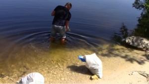 У самарского браконьера отобрали раков и вернули обратно в воду