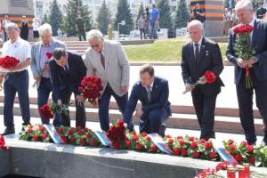 Во время церемонии на площади Славы была организована прямая трансляция из Александровского сада, где Президент РоссииВладимир Путинвозложил цветы к Могиле Неизвестного Солдата.