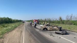 По предварительной информации, погибли водитель и 2 пассажира легкового автомобиля при столкновении с грузовиком.