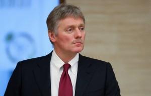 По словам пресс-секретаря президента России, люди без иммунитета к COVID-19 из-за его непредсказуемости так или иначе попадут в невыгодное положение.