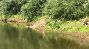 Компания из трех человек отдыхала на берегу реки.