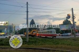 В Самаре экскаватор протаранил трамвай