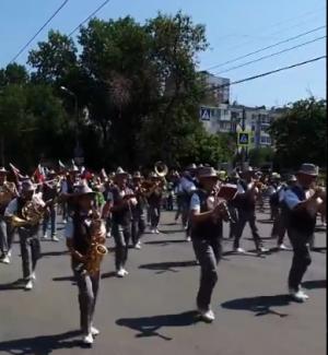 """Музыканты Самарского муниципального концертного духового оркестра играют """"Ах, Самара-городок..."""""""