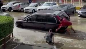 На помощь дедушке бросились два парня, один из которых вытащил мужчину на тротуар.