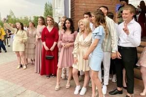 Более чем трем тысячам тольяттинских выпускников вручили аттестаты
