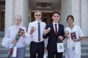 Дмитрий Азароввручил медали «За особые успехи в учении» выпускникам школ региона.